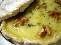 Queso brie al horno con nueces Brie cheese (oven) with nuts Food T, Food And Drink, Yummy Food, Mexican Food Recipes, Snack Recipes, Snacks, Salad Recipes, Quiches, Queso Cheese