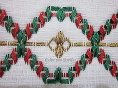 Color con Estilo: Cojín bordado con cintas navideñas en vagonite. Modelo 2. Christmas Decorations, Christmas Tree, Holiday Decor, Swedish Weaving, Crochet Poncho, Bargello, Ribbon Embroidery, Lily, Handmade