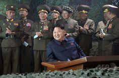 北朝鮮で、軍事演習を視察する金正恩第1書記。国営朝鮮中央通信公開(2015年6月16日公開、資料写真)。(c)AFP/KCNA via…