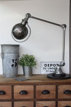 Flea market, industrial deco flea market, craft furniture, workshop furniture, industrial lamp Source by Industrial Chic, Industrial House, Vintage Industrial, Industrial Farmhouse, Design Your Home, House Design, Rustic Lamps, Rustic Table, Style Deco