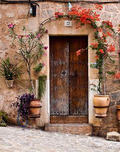Travelling inspiration and destinations Door Knockers, Door Knobs, Door Handles, Cool Doors, Unique Doors, Door Gate, Garden Gates, Architectural Elements, Closed Doors