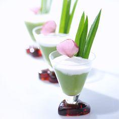 Pandan Pudding - A popular dish at Indonesian wedd Indonesian Desserts, Indonesian Cuisine, Coffee Clock, Indonesian Wedding, Laos Food, Thai Dessert, Food Carving, Asian Recipes, Ethnic Recipes