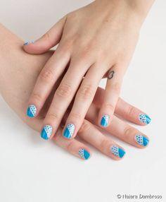 Nail art gráfica com bolinhas azuis: veja o passo a passo dessa decoração de unhas super fofa