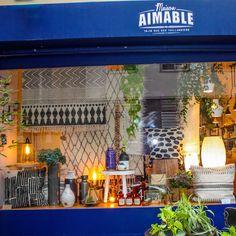 Maison AIMABLE, en plein coeur du Marais, on adore la vitrine, elle nous donne envie de toute acheter ! #maisonaimable #boutiquepartenaire #giftit #shopping #deco #cadeau #coussin #luminaire #onadore
