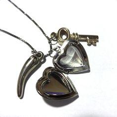Colar multi pingentes - coração relicário - chave - pimentinha