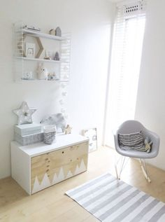 A few months ago I wrote a post about the IKEA hack with a commode for our nursery. You can read it here. Besides the commode we also wanted a little closet/storage bench for toys… // was man aus IKEA Möbeln machen kann