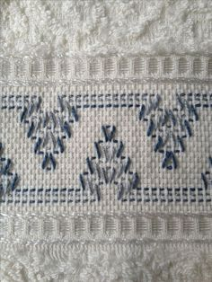 Risultati immagini per swedish weaving Swedish Embroidery, Towel Embroidery, Beaded Embroidery, Cross Stitch Embroidery, Embroidery Patterns, Huck Towels, Swedish Weaving Patterns, Chicken Scratch Embroidery, Monks Cloth