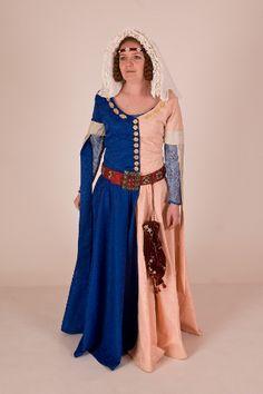 Cotehardie    Dámský přiléhavý oděv z druhé poloviny 14. století s těsným živůtkem odděleným od sukně švem v pase. Živůtek je zapínán na knoflíky, a v úrovni boků je do něj vsazena řasená sukně. Hlubok výstřih odkrývá dekolt, nebo může být zakryty jemným závojem. Krátké rukávy jsou doplněny dlouhými úzkými pachy. Oděv je barevně půlený z látek kontrastních barev.    Doplňkem oděvu je velmi módní a složitá pokrývka hlavy - třívrstvý kruseler. Vrchní vrstva kruseleru má jednotlivé záhyby mezi…