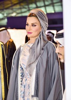 Another beautiful (exclusive) photo of Sheikha Mozah at the Reach Out To Asia (ROTA) Gala Dinner in Doha last Saturday November). She looks so beautiful and elegant in Ulyana Sergeenko couture dress and traditional abaya. Her makeup is flawless. Muslim Fashion, Modest Fashion, Hijab Fashion, Queen Fashion, Royal Fashion, Mode Turban, Modele Hijab, Jessica Parker, Estilo Real