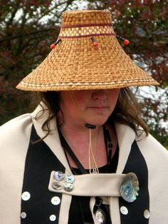 Cedar hat {Louie: May Native Art, Native American Art, Arte Haida, Basket Weaving Patterns, Doilies Crafts, Weaving Designs, Woven Bracelets, Weaving Art, Indigenous Art