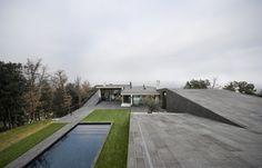 Construído na 2010 na Bescanó, Espanha. Imagens do Pedro Pegenaute . A posição da casa num salto topográfico gera distintas relações com seu entorno mais próximo. Por um lado, a copa das árvores é situada na altura de...