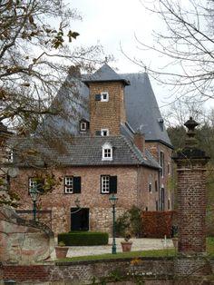 Kasteel Lemiers: hoofdonderdeel in lemiers (limburg) Castle Ruins, Castle House, Beautiful Architecture, Beautiful Buildings, Beautiful Sites, Beautiful Places, Small Castles, Medieval Town, Netherlands