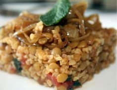 -Cette salade de lentilles et boulgour est une composante fondamentale de la cuisine du Moyen-Orient et précisément celle du Liban.Elle est extr