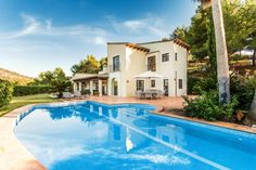 This golf villa is located next to the Country Club of Santa Ponsa, Mallorca, directly next to one of the golf courses. The beaches and the two yacht harbours and sandy beaches from Santa Ponsa can be reached within a 5 minutes drive.