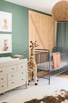 Chambre bébé style jungle avec girafe géante et tapis en peau de vache. #animaux #chambre #déco #bébé #jungle