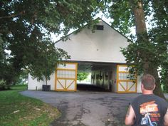 Stallion barn at Claiborne Farm Kentucky Horse Farms, Barns, Places Ive Been, Pony, Cabin, Horses, House Styles, Modern, Home Decor