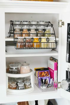Great ideas to organize your spices. Cute vinyl labels using a Cricut and great storage ideas. Spice Organization, Household Organization, Kitchen Cabinet Organization, Organizing Tips, Spice Jar Labels, Spice Jars, Jar Storage, Storage Ideas, Decorating Your Home