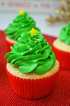 Adorable Christmas Tree Cupcakes for your holiday dessert table. Cake and frosting are from scratch- they are so delicious! Christmas Cupcakes Decoration, Christmas Tree Cupcakes, Eclairs, Cakepops, Cupcake Recipes, Cupcake Cakes, Cupcake Ideas, Cup Cakes, Holiday Desserts