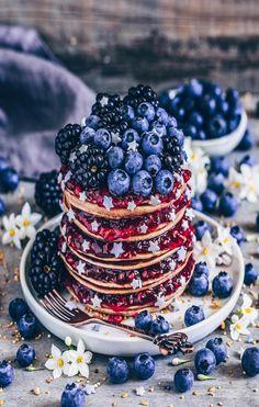 Honey pancakes with blueberries, blackberries and pomegranat.- Honey pancakes with blueberries, blackberries and pomegranate. Cute Desserts, Delicious Desserts, Dessert Recipes, Yummy Food, Honey Pancakes, Aesthetic Food, Cute Food, Food Cravings, How To Make Cake