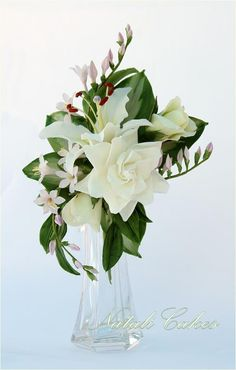 Natali Cakes, Gardenia, giglio, bocciolo di rosa, fiori e foglie di hosta, foglie di ruscus.