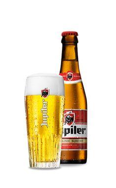 Jupiler is het N°1 bier in België, het land der bieren. De bitterzachte pils wordt gebrouwen met de beste ingrediënten (mout, maïs, water, hop en gist), volgens een onberispelijk vakmanschap. Van Jupiler kun je genieten op elk moment, dankzij zijn fris karakter, vlotte verteerbaarheid en toegankelijke smaak. De constante, uitzonderlijke kwaliteit van het bier blijft ook vandaag gewaarborgd in de brouwerij van Jupille. De ideale schenktemperatuur voor Jupiler (alcoholpercentage 5,2%) bedraagt… All Beer, Wine And Beer, Best Beer, Ab Inbev, Beer Making Kits, Beers Of The World, Belgian Beer, Beer Brands, Beer Packaging