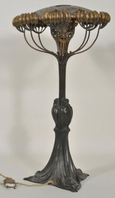 Léo LAPORTE-BLAISIN (1867-1923)   Lampe fleur ombellifère Bronze à patine dorée et médaille Haut: 50,5 cm
