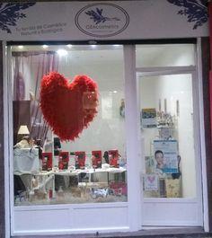 Escaparate de GEAcosmetics de San Valentin con productos de MATARRANIA 100% natural