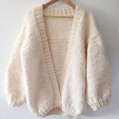 White 100 wool chunky cardigan merino yarn cardigan oversize jaket merino wool jaket unspun knitting for olive merino yarn available in toronto canada the knitting loft Cardigan Oversize, Chunky Knit Cardigan, Oversized Sweaters, Chunky Wool, Chunky Knit Sweaters, Big Sweater, Cardigan Sweaters, White Cardigan, Winter Sweaters