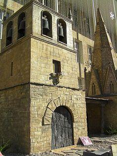 """Iglesia Santa María de Palacio: """"Situación: Logroño. Alzada en los siglos XII y XIII, fue ampliada y reformada en los siglos XVI y XVIII. Destaca por su aguja piramidal románico ojival, originaria del siglo XIII."""" Belén Monumental situado en la Plaza del Ayuntamiento de Logroño que expone réplicas en miniatura de los lugares más emblemáticos de La Rioja.  http://blog.portaljardin.com/2014/12/por-navidad-se-armo-el-belen.html"""