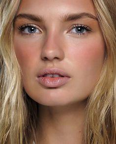 Voilà du faux vrai, avec un peu de blush rosé ! New makeup trend sun stripping…