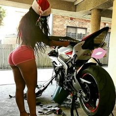 😙😘Girls check out these AWESOME traveling tips! - - 😙😘Girls check out Female Motorcycle Riders, Motorbike Girl, Motorcycle Girls, Lady Biker, Biker Girl, Motorbikes Women, Woman Mechanic, Chicks On Bikes, Stunt Bike