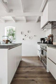 Houten vloer in witte keuken met kookeiland - Scandi keuken