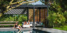 Overkapping met lamellen in tuin bij zwembad - via Jumbo #tuin #terras #veranda