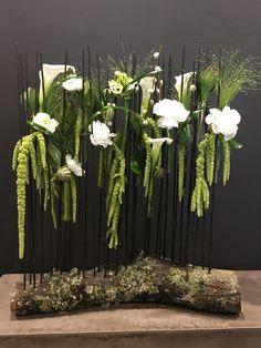 Composition florale structurée Amaranthe, renoncule, calla, bois, ornithogalum