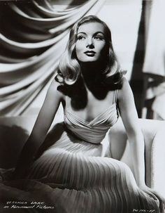 Veronica Lake- one of Hollywood& original femme fatales and film noir queen. Hollywood Stars, Hollywood Icons, Golden Age Of Hollywood, Hollywood Actresses, Hollywood Waves, Hollywood Theme, Hollywood Celebrities, Glamour Hollywoodien, Vintage Glamour