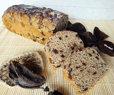 Angeschnittenes Kuerbis Kern Brot - Scheiben slices of fresh pumpkin seed bread