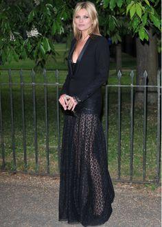 Solo Kate Moss es capaz de defender con ese estilo una falda transparente que deja ver un animal print debajo!