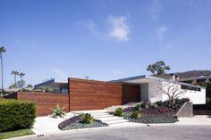 Chequen este interesante proyecto que logra la integración del interior con el exterior, además de un buen landscaping... Incluye las plantas arquitectónicas. McElroy Residence by Ehrlich Architects (1)
