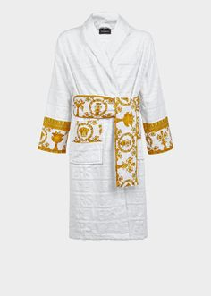 I ♡ Baroque Bathrobe by Versace Home. Featuring a faint textural Versace logo print and accented by a Barocco printed sleeve and wrap belt, this soft and iconically covered bathrobe exudes luxury. Gianni Versace, Casa Versace, Versace Men, Versace Robe Mens, Versace Mansion, Versace Dress, Logo Versace, Versace Tattoo, Versace Bathrobe