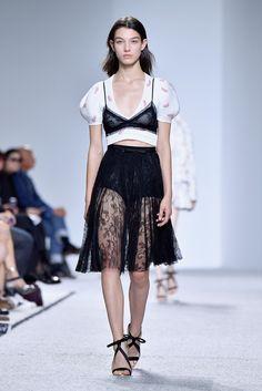 Nova tendência na Semana de Moda de Paris Sutiã por cima da blusa https://angorussia.com/lifestyle/moda/nova-tendencia-na-semana-moda-paris-sutia-cima-da-blusa/