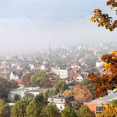 Stadt im Nebel. Ansicht von Rudolstadt-West mit Lutherkirche.