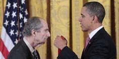 Philip Roth recevant la National Humanities Medal des mains du Président Obama le 2 mars 2011 à la Maison Blanche