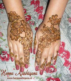 Arabic henna design with open hearts, flowers and lots of shading.    Henna applied by Henna Aashiqana (www.hennaaashiqana.nl   www.facebook.com/HennaAashiqana).