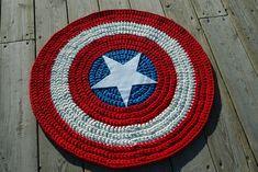 Alfombra de trapillo, Modelo (Capitán América) de CotonDreamDesign en Etsy #alfombrasdetrapillo, #tshirtyarncarpets, #captainamerica