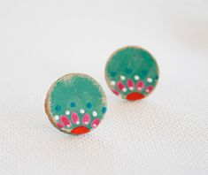 Bohemian hand painted stud earrings.Leather studs. por vickygonart