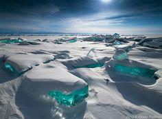 La Gran Fuente Prismática, Wyoming El lago Baikal es el lago de agua dulce más grande y antiguo del mundo. En el invierno, el lago se congela pero el agua es tan clara que se puede ver 40 metros por debajo del hielo. En marzo, las heladas y el sol provocan grietas en la corteza de hielo y aparecen los fragmentos de hielo de color turquesa que vemos en la superficie