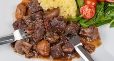 Köttgryta med rödvin kallas Boef Bourguignon på franska. En klassisk köttgryta.