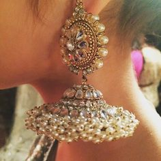 How To Choose The Perfect Pair Of Gold Diamond Earrings Indian Jewelry Earrings, Jewelry Design Earrings, Fashion Earrings, Fashion Jewelry, Jhumki Earrings, Fancy Jewellery, India Jewelry, Jewellery Designs, Jewelry Patterns