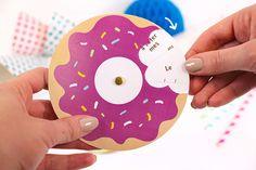 Atelier spécial anniversaire avec ce carton d'invitation en forme de donuts. Téléchargez gratuitement le gabarit !