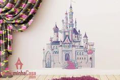 Um desenho realmente encantador que vai mexer com a imaginação das meninas é o adesivo Castelo das Princesas Disney. Um exuberante e enorme palácio real de cor branca com muitas torres e detalhes nas cores rosa e lilás vai promover uma linda e mágica decoração.